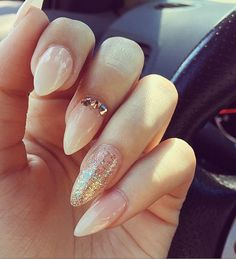 When I gel nails to my friend or she do gel on mine, very often we choose one color for all nails and on ring finger we sprinkle shine like this in the picture that immediately enriches the simple manicure.