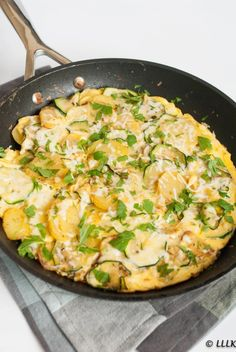 Aardappel tortilla met courgette en geitenkaas Frittata, Omelet, Vegetarian Recipes, Healthy Recipes, Diy Food, Paella, Tapas, Veggies, Food And Drink