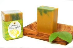 Haarseife Citrus Splash enthält natives Olivenöl, welches pflegt und für einen schönen Glanz sorgt. Traubenkernöl beugt in Verbindung mit Reiskeimöl bei regelmäßiger Anwendung schnellem Nachfetten vor. Diese Haarseife ist aber auch gut für feines Haar geeignet. Sie werden griffiger und erhalten Volumen. Der üppige, milde Schaum duftet nach Zitronen. Überfettet wurde Citrus Splash mit 2 %. http://www.castello-seifen.de/Vegane-Produkte/Vegane-Seifen/Haarseife-Citrus-Splash.html