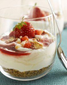 Dessert-Rezept: Cheesecake-Creme im Glas mit Erdbeeren und Zwieback