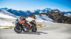 No te pierdas la prueba de moto KTM Super Duke GT. Cómo se comporta por ciudad y por carretera. Curvas y velocidad están aseguradas con esta bestia de KTM.