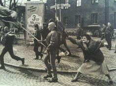 Uma mulher sueca bate em um manifestante neo-nazista com sua bolsa. Ela era uma sobrevivente de um campo de concentração. [1985]