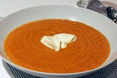 Rostad grönsakssoppa med vitlökscréme. Roasted vegetable soup with garlic cream.