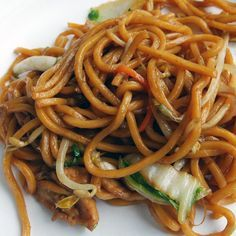 One Pot Macro Friendly Chicken Lo Mein 355 calories, 4g fat, 48g carbs, 30g protein, 3g fiber