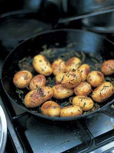 4 kisilik Malzemeler: 1kg Kucuk kabuklu patates 1 Yemek kasigi zeytinyagi Deniz Tuzu Taze cekilmis karabiber 2 Sap taze biberiye...