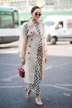 Maternity Style Inspiration wearing a polka dot maxi dress and sheer trench coat. Haute Couture Fashion Week street style July show-goer wears polka dot dress and transparent trench. Star Fashion, Look Fashion, Fashion Outfits, Fashion Design, Fashion Trends, Womens Fashion, Fashion 2018, Cheap Fashion, Fashion Clothes