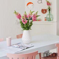 Cores, vasinhos de flores e pequenos adornos proporcionam vivacidade e descontração
