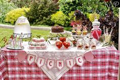 A Spring Picnic Party by Naatje Patisserie Cupcakes and Nomie Boutique Stationery