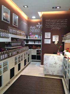 Perfumes de mujer el logo de ave paraïso, los perfumes de niños y los ambientadores al fondo y  también es la zona donde se cortan los jabones.