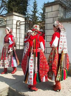 Hungarian folk costume from Kalotaszeg region Traditional Fashion, Traditional Dresses, Merry Widow, Costumes Around The World, Art Populaire, Hungarian Embroidery, Folk Dance, Folk Costume, People Of The World
