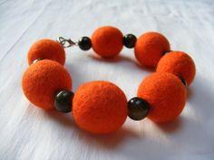 Bracelet avec boules en feutre orange : Bracelet par perlyfim