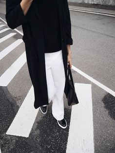 Elisa from www.schwarzersamt.com is wearing white MANGO pants, H&M trench, HIELEVEN bag, ALDO shoes, Streestyle form the Copenhagen Fashion Week, black white, monochrome, minimalist blogger, zebrastreifen, crosswalk