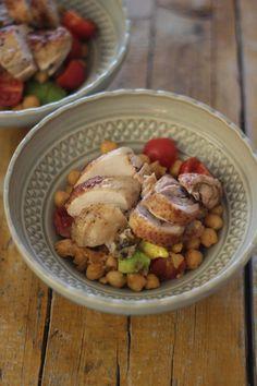Salada de Grão de Bico, Tomate e Abacate com Peito de Frango