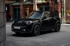 MINI is spicing things up in the Countryman range with another limited-edition model. Unfortunately, the MINI Countryman Blackheath Editio. Car Images, Car Photos, Car Pictures, Country Man, Black Mini Cooper, Mini Crossover, Cooper Countryman, Toyota Prius, Cute Cars