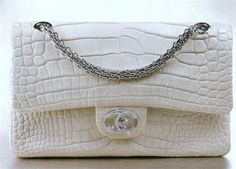 Túi xách Chanel Diamond Forever có giá 261.000 USD (khoảng 6 tỷ đồng) được xếp vị trí thứ ba. Nó được làm thủ công từ da cá sấu và trang trí 334 viên kim cương tổng cộng 3,65 carat. Các dây đeo được làm từ vàng trắng.