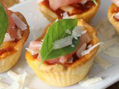 12 recettes incontournables pour votre apéro ! Originales et délicieuses, vous allez craquer ! Mozzarella, Chef Party, Moussaka, Mini Muffins, Antipasto, Entrees, Brunch, Good Food, Food And Drink