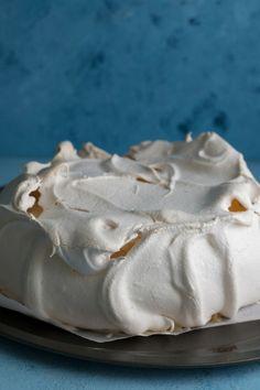 The best pavlova recipe ever! A light and fluffy marshmallow centre, with a crispy outer shell! Pavlova Cake, Meringue Pavlova, Meringue Desserts, Meringue Food, Trifle Desserts, Gourmet Recipes, Sweet Recipes, Baking Recipes, Cake Recipes