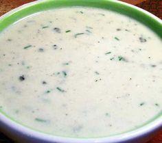 În principiu, sosul cu Roquefort ar fi un sos pentru crudități, eventual unul de salată, indicat mai ales pentru cele fade (frunzele de primăvară, în special). Numai că, îndeobște peste Ocean, este…