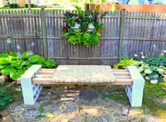 banc de jardin en lattes de bois et blocks parpaing repeints en bleu pastel