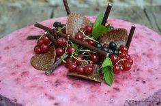 Tort de inghetata cu iaurt si fructe de padure. Un tort racoros cu multe fructe de padure si putin zahar, si totusi pe placul copiilor. Este un tort sanatos Parfait, Cherry, Food, Essen, Meals, Prunus, Yemek, Eten