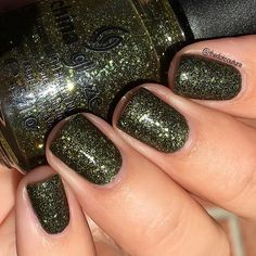 I've got some #throwback @chinaglazeofficial on the blog - it's a lost all about my favourite Halloween nail polishes! This is It's Alive from the 2010 Haunting Halloween collection.