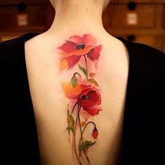 Opta por amapolas de colores intensos… | 32 tatuajes geniales y coloridos que te inspirarán a tatuarte