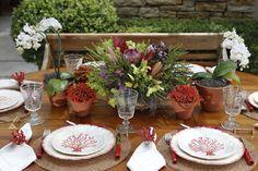 Talheres em bambu vermelho, copos de vidro, porta-guardanapos de miçanga em formato de coral e guardanapos de linho completaram a mesa.