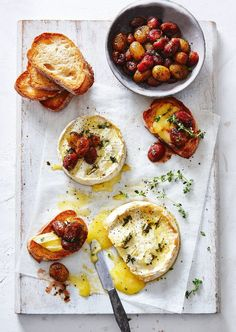 This mouthwatering Camembert & Roasted Grapes starter will impress all your guests next time you entertain. Entree Recipes, Appetizer Recipes, Appetizers, Cooking Recipes, Tostadas, Fromage Cheese, Baked Cheese, Tapas, Salad
