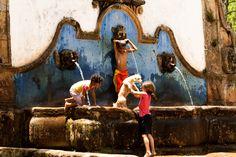 Brincando no Chafariz de São José - Tiradentes (Foto: Autor desconhecido) # Momentos Mineiros # Minas Gerais – Brasil   Brazil