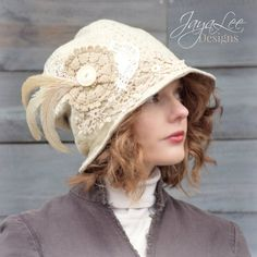 Dentelle Bohème Slouchy Bob par Jaya Lee.  Ce chapeau unique et belle est faite à partir de coton tissé épais mais souple. Elle est agrémentée d'un panache de plumes, boutons et les napperons.  Le chapeau a une ample coupe décontractée, avec une couronne profonde (9 po) et un bord court (2»). Le bord peut être porté vers le bas ou tourné vers le haut dans le dos.  Le chapeau en photos est celui que vous recevrez. C'est un one-of-a-kind Jaya Lee Original!  Style: Seau ample chapeau…