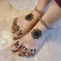 Henna Hand Designs, Round Mehndi Design, Mehndi Designs Finger, Latest Henna Designs, Henna Tattoo Designs Simple, Legs Mehndi Design, Stylish Mehndi Designs, Mehndi Designs For Girls, Wedding Mehndi Designs