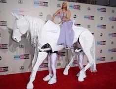 Lady Gaga entrando en los #AMAs subida a un caballo con vestido de #Versace