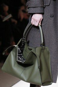 Fendi Fall 2018 Ready-to-wear Milan Collection - Vogue Hermes Handbags, Burberry Handbags, Louis Vuitton Handbags, Purses And Handbags, Leather Handbags, Designer Handbags, Leather Purses, Vintage Bags, Beautiful Bags