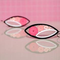 Dropp Pinkisimo Dropp jsou náušničky srolované z úplně běžného barevného papíru. Technika na to použitá se nazývá quilling, avšak krapet upravená (přáníčka mě moc nebaví :) ). Srolované papírky sroluju do tvaru kruhů, vymačkám do odpovídajicích tvarů, připevním a pořááádně matným lakem přelakuju. Náušky pevně drží tvar (lak umí úplné zázraky). ...
