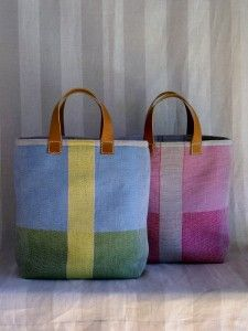 Patchwork solid bags with leather handles. by leslie Denim Armband, Purses And Bags, My Bags, Tote Bags Handmade, Patchwork Bags, Quilted Bag, Craft Bags, Linen Bag, Leather Handle
