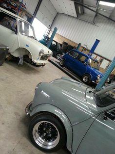 mini garage Mini Cooper S, Mini Cooper Classic, Classic Mini, Classic Cars, Fancy Cars, Cool Cars, Mini Morris, Minis, Morris Minor