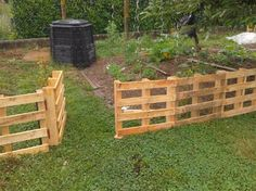 barriere potager jardin,palette,barrière Garden Pots, Vegetable Garden, Victory Garden, Pallet Fence, Garden Fencing, Backyard Projects, Fence Design, Chickens Backyard, Permaculture