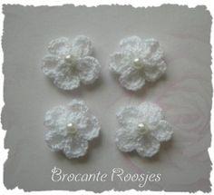 (BLh-027) 4 gehaakte bloemetjes met pareltje - wit - 2cm