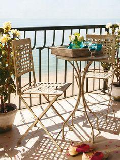 La combinación de blancos y azules marca la decoración de este apartamento en la Costa Brava. Una mezcla perfecta para ambientes frescos Balcony Tiles, Balcony Design, Patio Design, Garden Design, Outdoor Tiles, Outdoor Spaces, Outdoor Decor, Outdoor Landscaping, Backyard Patio