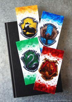 Free Printable Harry Potter Hogwarts House Bookmarks, DIY and Crafts, Free Printable Harry Potter Hogwarts House Bookmarks to save your spot with your favorite Hogwarts House! Harry Potter Kunst, Bijoux Harry Potter, Objet Harry Potter, Magia Harry Potter, Harry Potter Thema, Deco Harry Potter, Harry Potter Free, Harry Potter Painting, Theme Harry Potter