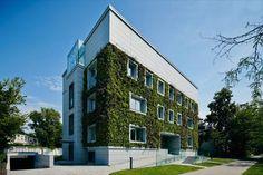 Jardín vertical en una rehabilitación de Varsovia. La rehabilitación de un antiguo edificio de Varsovia ha incluido un jardín vertical en su fachada, así como otras actuaciones para mejorar su eficiencia energética. Dicho jardín ocupa una superficie de 260m2, y está formado por unas 20 especies diferentes de plantas, dispuestas en unos módulos regados con agua (+nutrientes) procedente de las lluvias almacenadas.  #Arquitectura, #Sostenibilidad