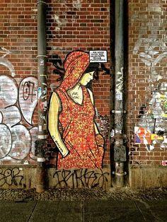 """Diese Frau denkt angeblich an """"Küsse unter der Kellertreppe"""" ihres Plattenbaus. Gesehen in der Neuen Promenade, Mitte. Foto: Christian Grosse"""