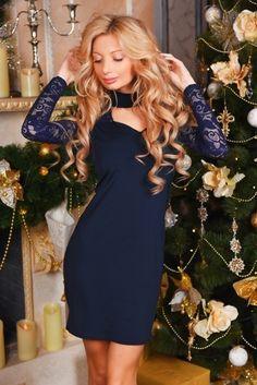 Однотонное платье с гипюровыми рукавами и хомутом темно-синее