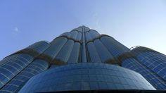 BURJ KHALIFA- O edifício faz parte de uma complexo comercial e residencial de dois quilômetros quadrados de área chamado Downtown Burj Dubai, localizado ao lado das duas principais avenidas da cidade, a Sheikh Zayed Road e a Financial Centre Road (anteriormente conhecida como Doha Street).