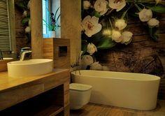 Moderne Badgestaltung mit Blumen-Fototapete an der Wand