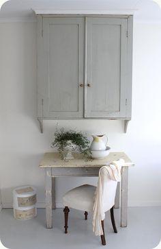 kitchen - wall cupboard + table