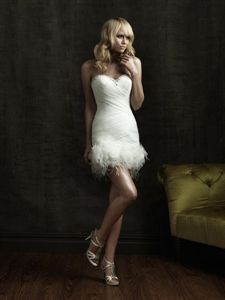 Sweetheart Short Wedding Dress, Strapless Organza Wedding Dress so it is diffrent to see a short wedding dress such as this.