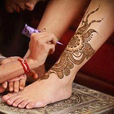 Mehndi designs have been used to brighten the brides feet for a long time. Check out these amazing foot mehndi designs for more! Leg Henna, Henna Body Art, Henna Art, Bridal Mehndi Designs, Bridal Henna, Mehandi Designs, Mehndi Tattoo, Henna Mehndi, Mehendi