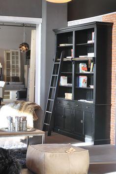 Pablo ! #boekenkast #bookshelve #bookcabinet #books #book #interieur #interior #interieurwinkel #interiorstore #meubelsenmeer #mijdrecht #black #plaid #poef #trailer #light #inrichting #carpet #accessoires #stijl
