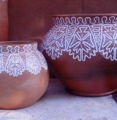 Renda Tramoia pintada a mão em vaso de ceramica.